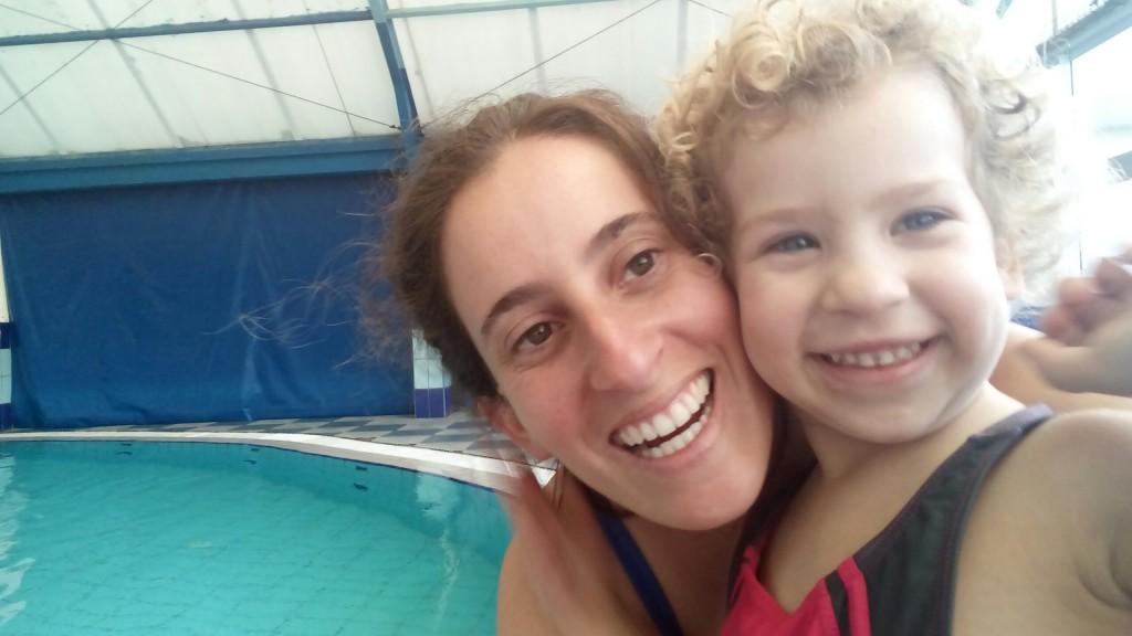 חוגגות יום הולדת שלוש בבריכה